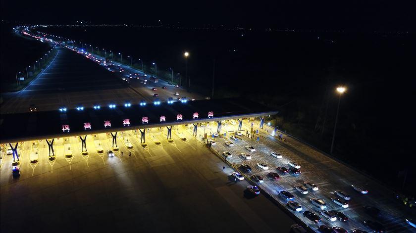76 dias depois, Wuhan celebra levantamento das restrições à circulação com espetáculo de luzes
