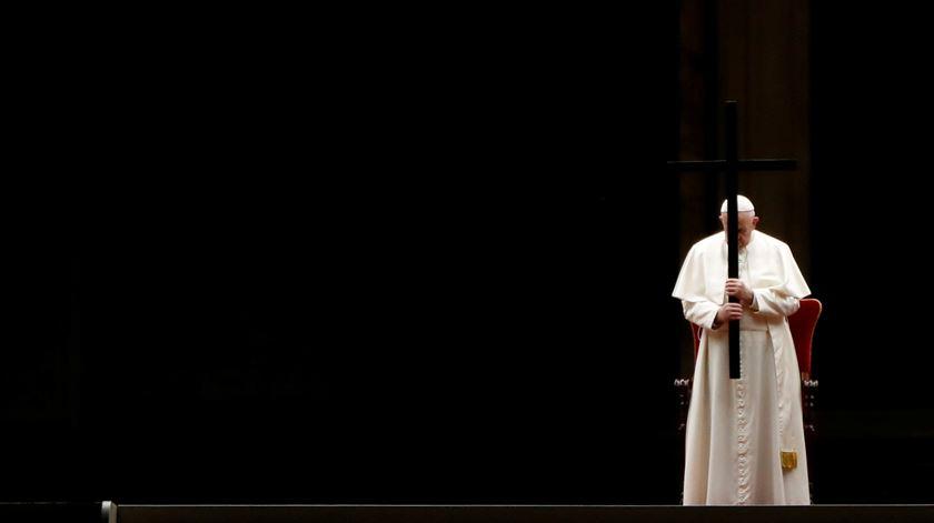 O silêncio do Papa, luz e sombra na Via Sacra