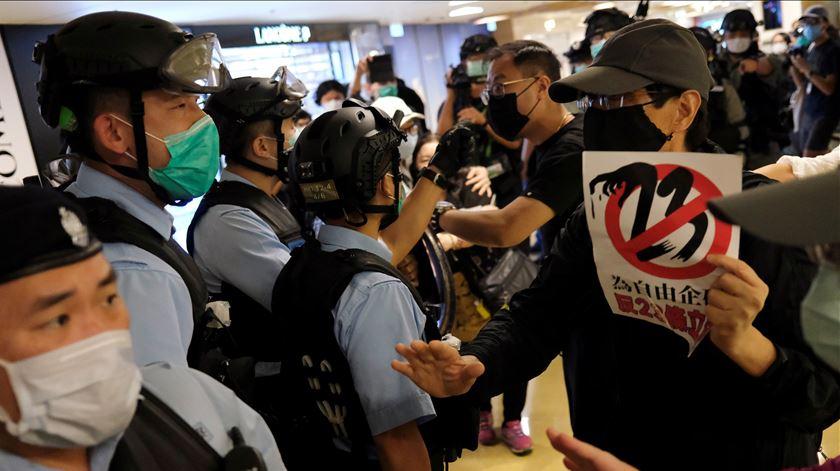 Dezenas de ativistas pró-democracia detidos em protesto em Hong Kong