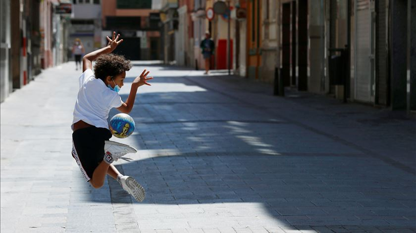 """""""Há muita alegria"""". Seis semanas depois, crianças voltam às ruas de Espanha"""