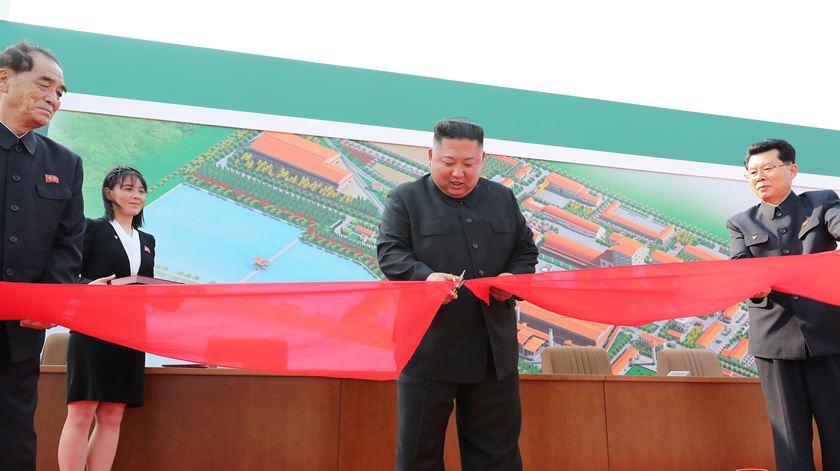 Após vinte dias de ausência, Kim Jong-un volta a aparecer em público