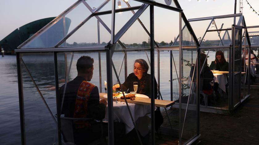 Restaurante holandês serve refeições em mini-estufas, para promover distanciamento social