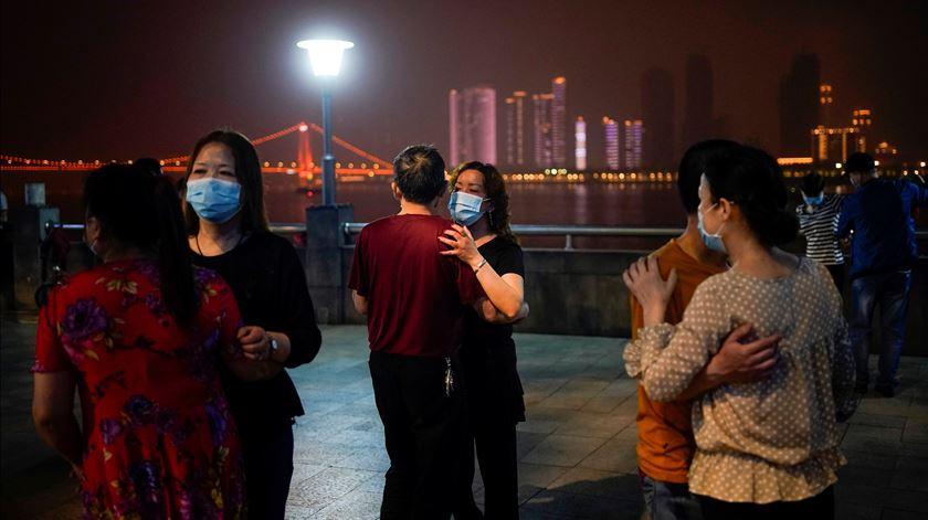 Habitantes de Wuhan voltam a dançar na rua