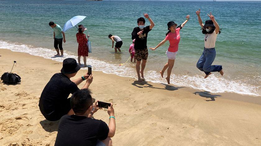 Milhares de chineses aproveitam sábado de sol para ir à praia