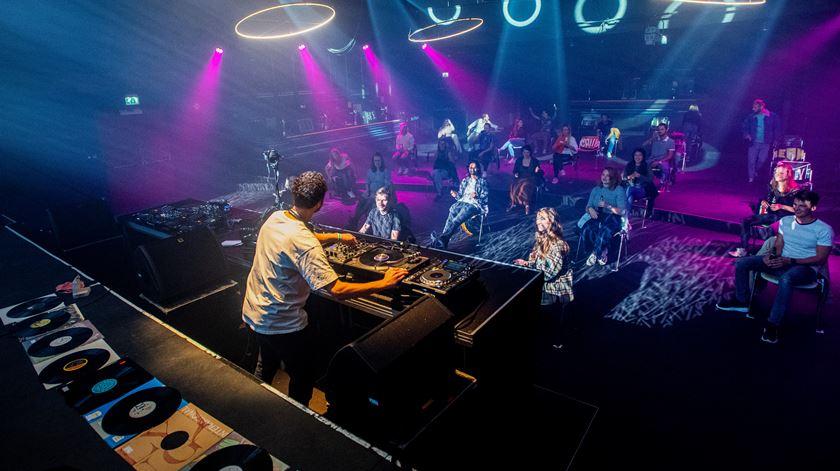 Dançar sentados pela tarde dentro. Discoteca holandesa encontra solução criativa para reabertura