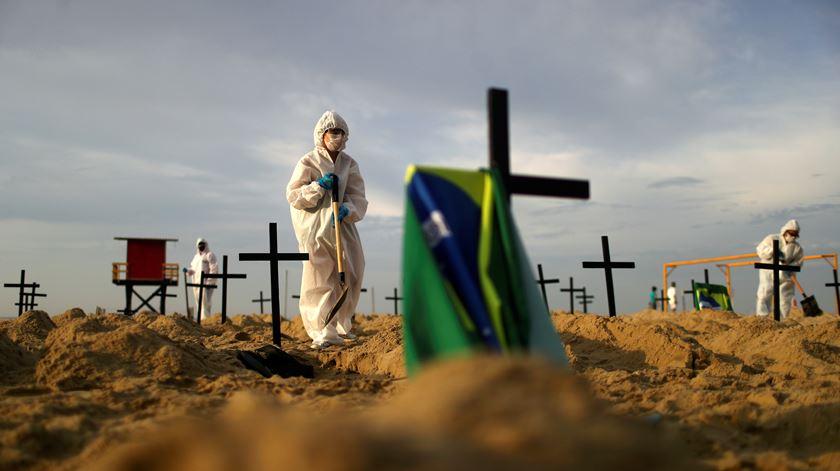 Praia de Copacabana. ONG monta cemitério simbólico com 100 campas para lembrar vítimas da pandemia