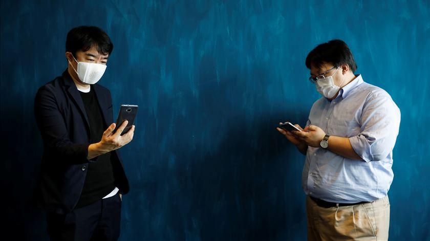 Covid-19. Já existe uma máscara facial que traduz conversas para oito idiomas