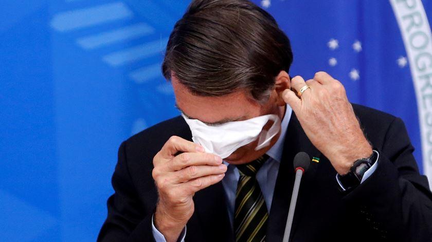 """Bolsonaro afasta-se e tira a máscara, após anunciar que tem Covid-19. """"Estou bem, tranquilo"""""""