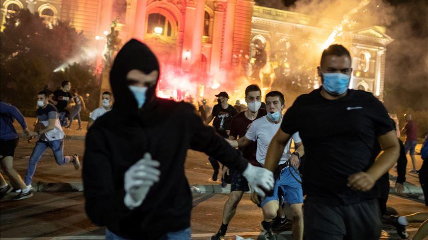 Descontentamento na Sérvia leva a confrontos com a polícia. 71 pessoas foram detidas num dia