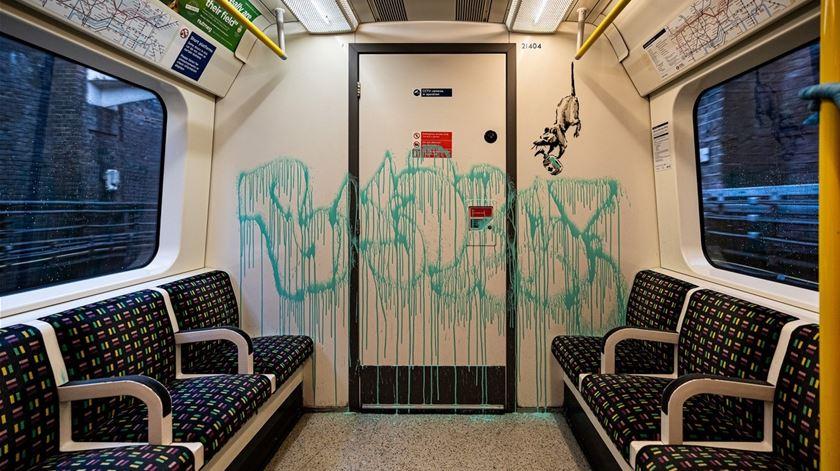 Banksy deixa graffiti no metro de Londres e encoraja uso de máscara. Obra já foi apagada