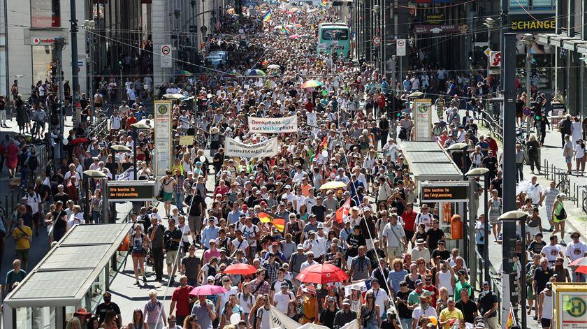 Berlim. Milhares de manifestantes exigem fim das restrições impostas pela pandemia