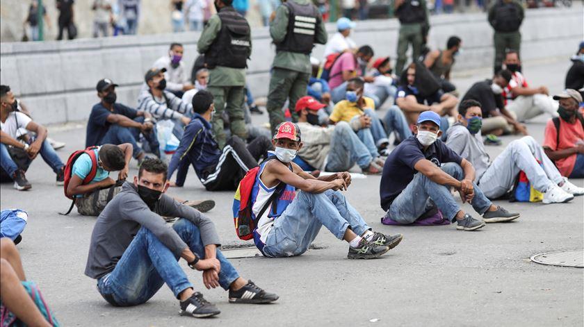 Covid-19 na Venezuela. Polícia impõe castigos a quem não cumpre regras