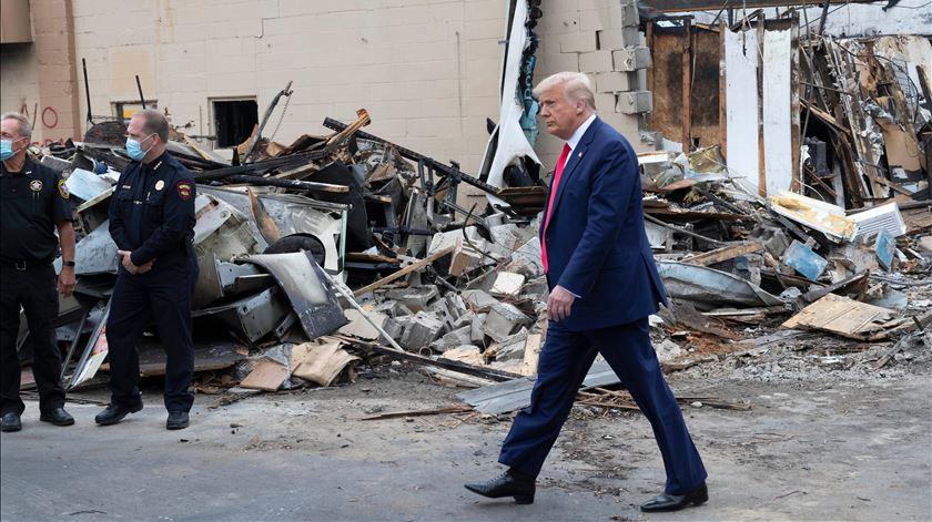 Trump vai a Kenosha em visita polémica e culpa democratas pela violência dos confrontos