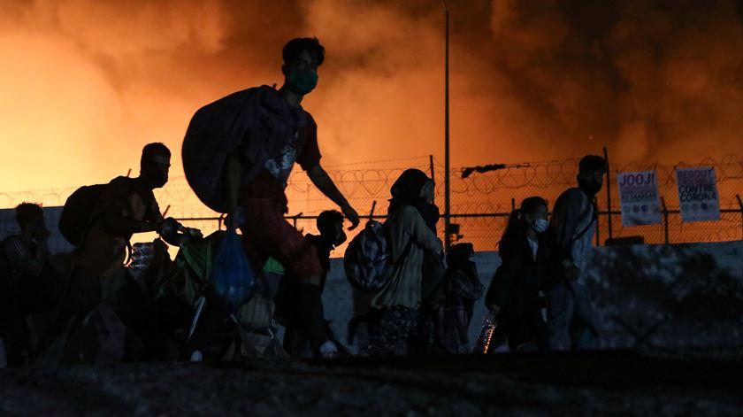 """""""Está tudo em chamas"""". Milhares de desalojados no campo de refugiados de Lesbos"""