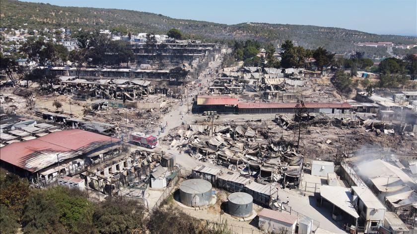 Imagens aéreas revelam cenário de destruição no campo de Moria