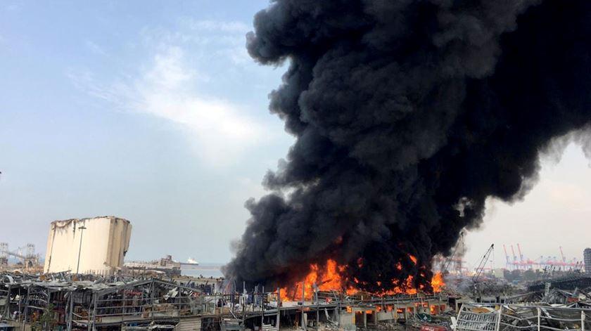 Incêndio de grandes dimensões atinge porto de Beirute um mês depois da explosão