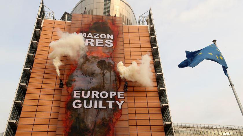 """Fogos na Amazónia? Europa lança achas na fogueira"". Greenpeace afixa cartaz no Berlaymont"