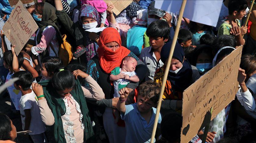 """Migrantes do campo de Moria em protesto por """"liberdade"""" e melhores condições"""