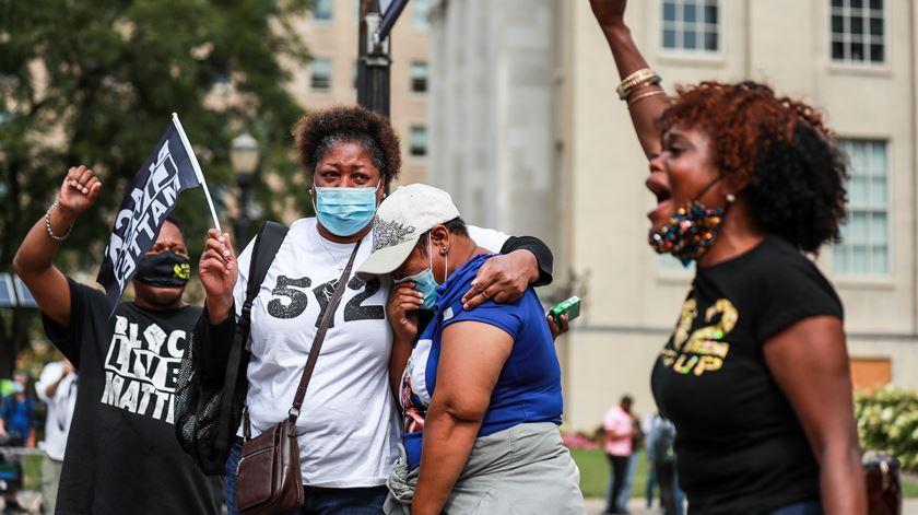 Morte de Breonna Taylor sem acusados motiva revolta. Dois polícias baleados durante protestos