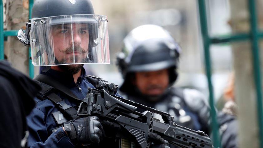 """Ataque com faca perto da antiga sede do """"Charlie Hebdo"""", em Paris. Principal autor está detido"""