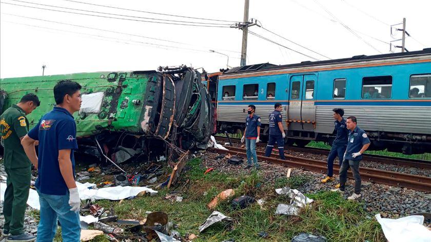 Tailândia. Colisão entre autocarro e comboio faz pelo menos 20 mortos e 30 feridos