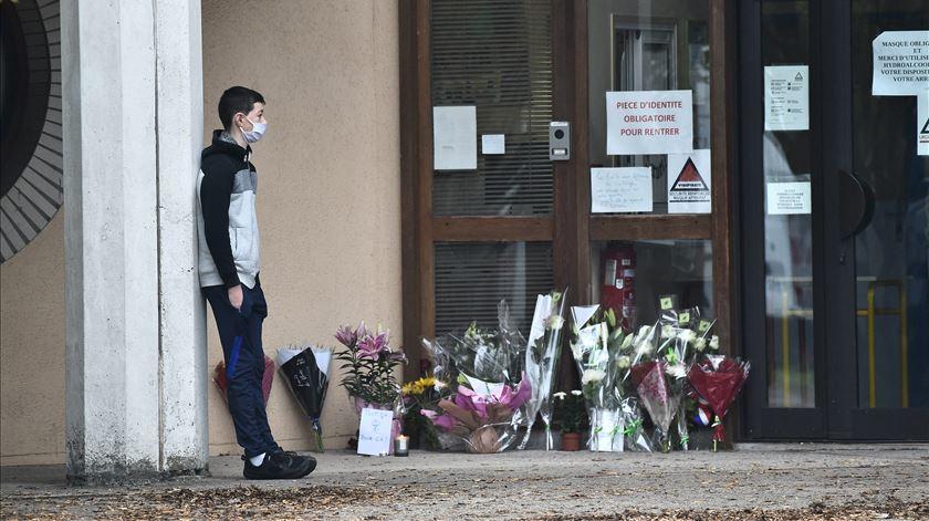 """Detidas mais cinco pessoas ligadas a decapitação de professor. Macron fala em """"terrorismo islâmico"""""""