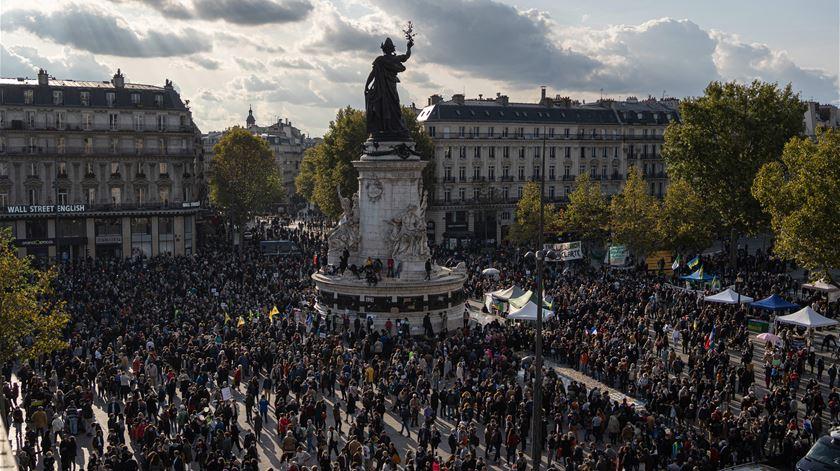 Samuel Paty. Homenagem a professor decapitado junta milhares de franceses por todo o país