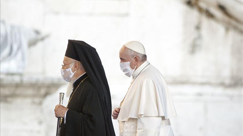 """Encontro inter-religioso pela paz. Papa garante que """"com a ajuda de Deus, é possível salvarmo-nos juntos"""""""