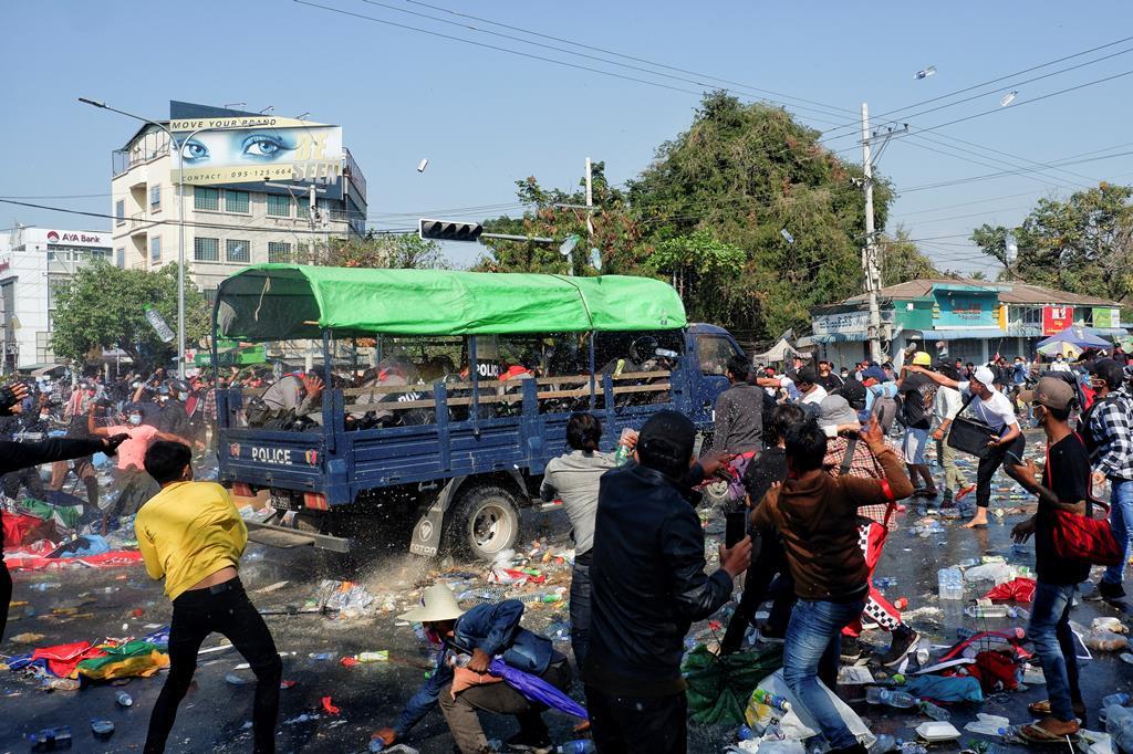 Manifestantes revoltam-se contra a polícia enquanto protestam contra o golpe militar, em Mandalay, Myanmar. Foto: Reuters