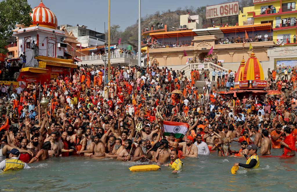A água do Ganges é sagrada na Índia e as festas religiosas juntaram milhões de pessoas, algumas nuas, nas margens do rio mais poluído do mundo. Foto: Anushree Fadnavis/Reuters