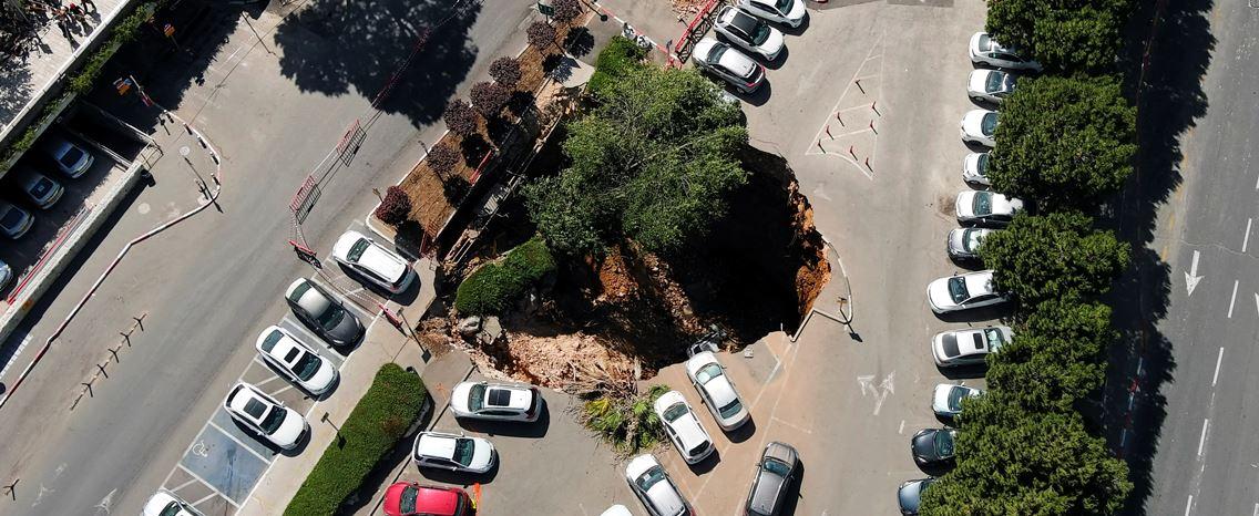 """Buraco de grande dimensão """"engole"""" vários carros em Jerusalém"""