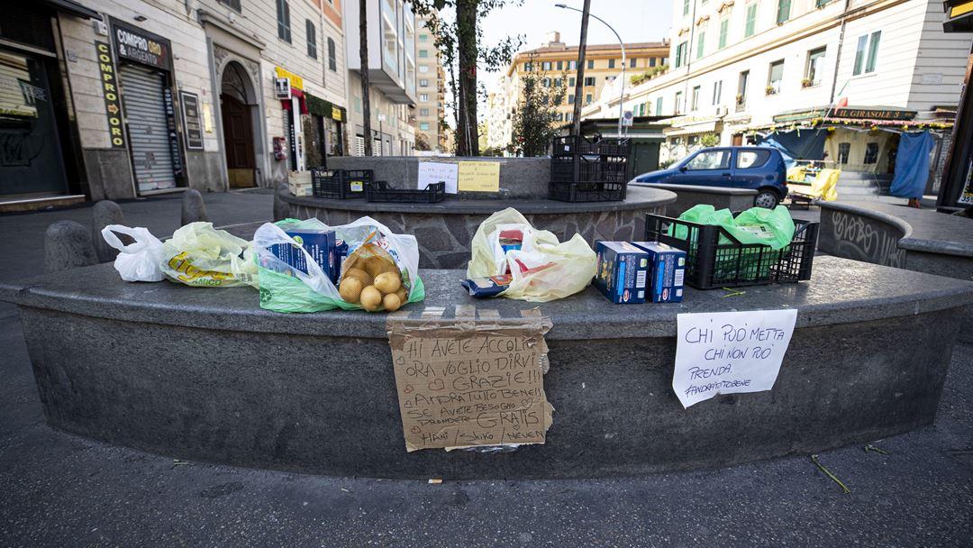 Roma, Itália. Iniciativas juntam comida para doar a pessoas com dificuldades económicas, em Roma. Foto: Massimo Percossi/EPA