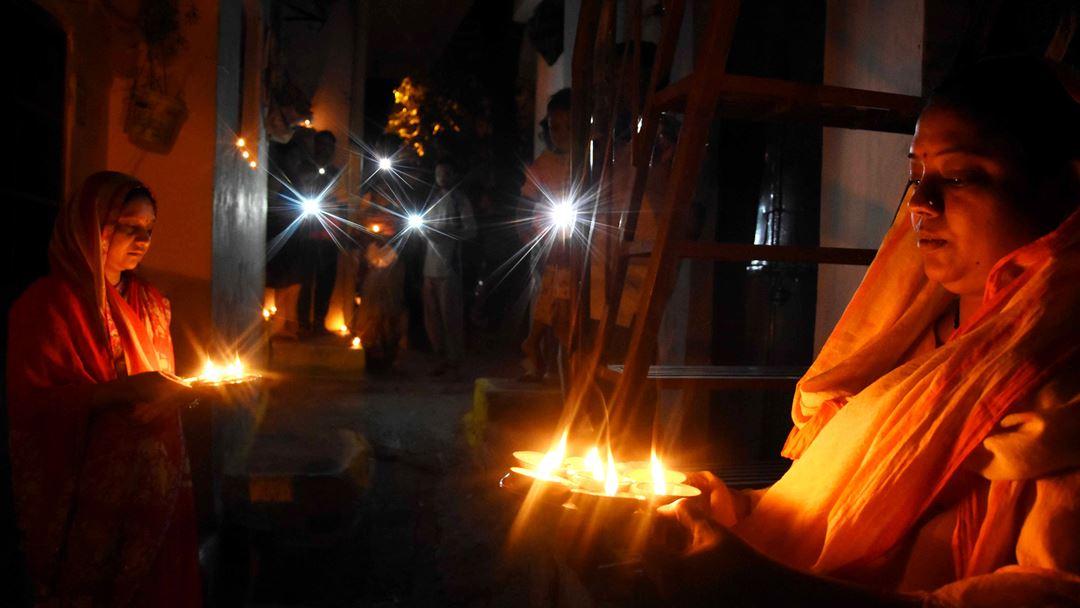 Bhopal, Índia. Cidadãos indianos mandam mensagem simbólica ao país ao acenderem velas e luzes às 21h deste domingo, durante nove minutos. A ação foi introduzida pelo primeiro-ministro indiano, Narendra Modi. Foto: Sanjeev Gupta/EPA