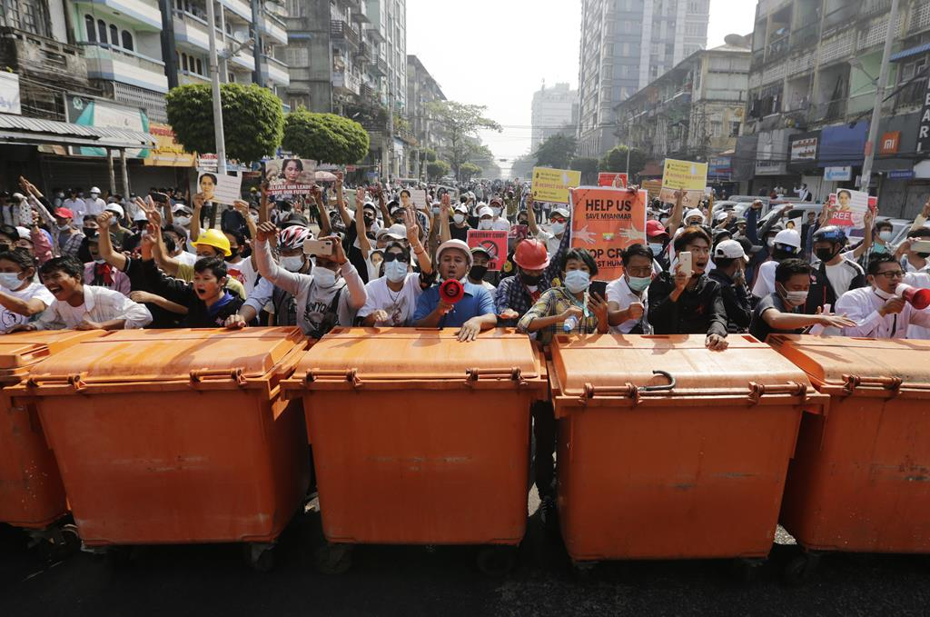 Apesar do risco de morte, manifestantes pró-democracia continuam a sair às ruas. Foto: Lynn Bo Bo/EPA