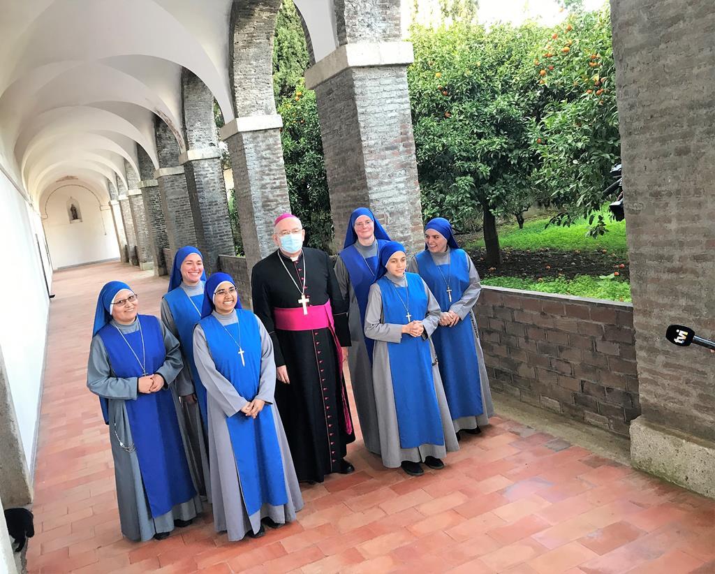 O arcebispo de Évora acompanhou as Servidoras do Senhor na visita à Cartuxa de Évora. Foto: Rosário Silva