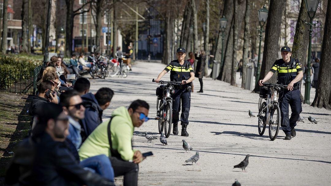 Den Haag, Países Baixos. Autoridades locais monitorizam a distância de segurança social nas ruas. Foto: Robin van Lonkhuijsen/EPA