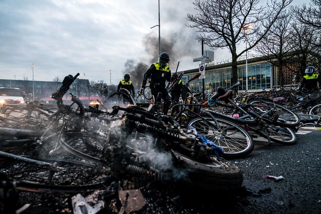 Danos provocados pelos distúrbios contra o confinamento nas ruas de Eindhoven, Países Baixos. Foto: Rob Engelaar/EPA