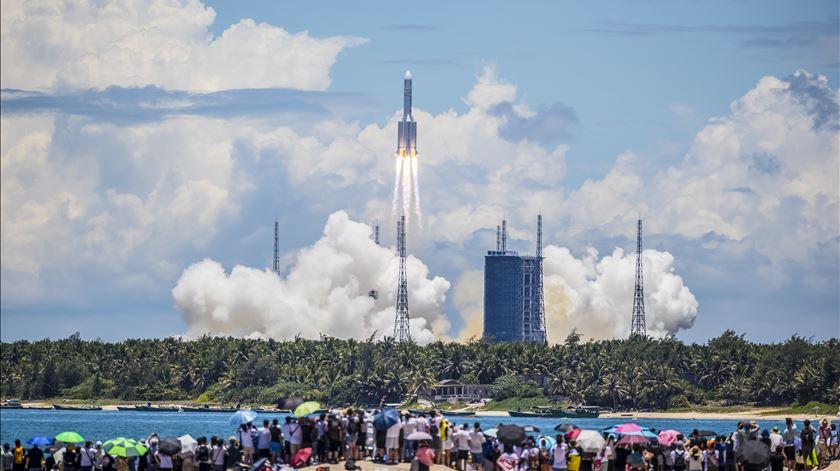 """""""Questões para o Céu"""". China lança ambiciosa missão para pousar sonda em Marte"""