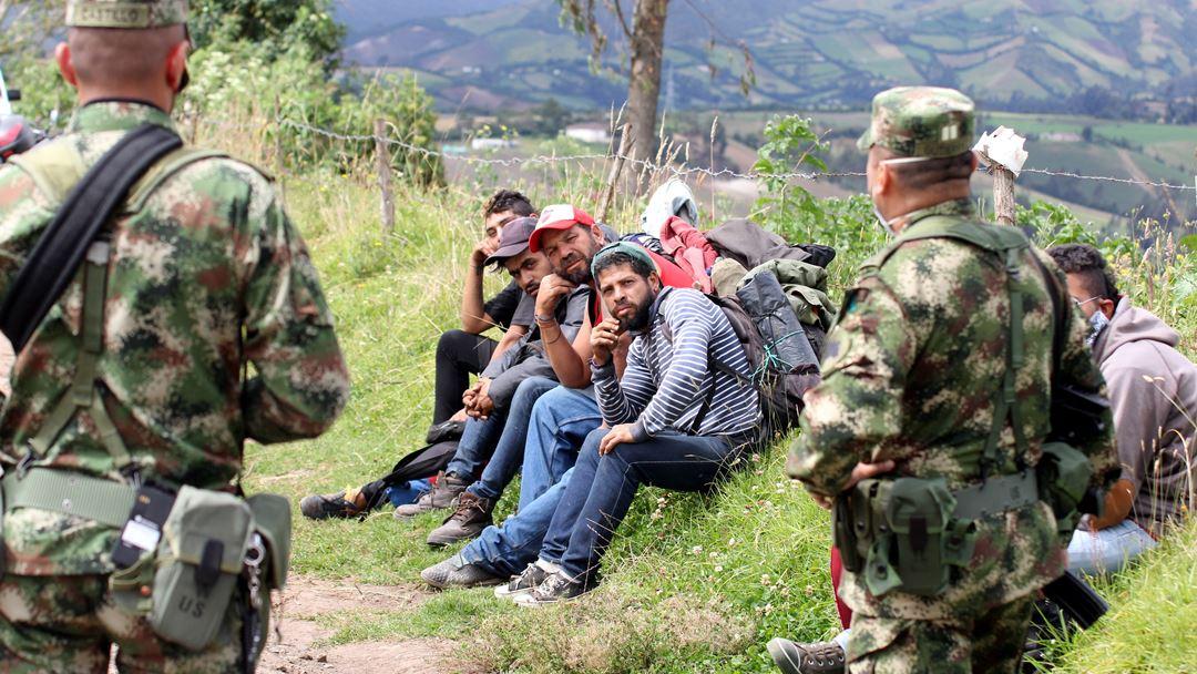 Carlosama, Colômbia. Guardas indígenas e militares colombianos controlam a passagem de cidadãos estrangeiros do Equador para a Colômbia. Foto: STR/EPA