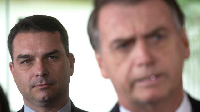 Filho de Bolsonaro pede contratação de advogado suspeito em fuga de informação