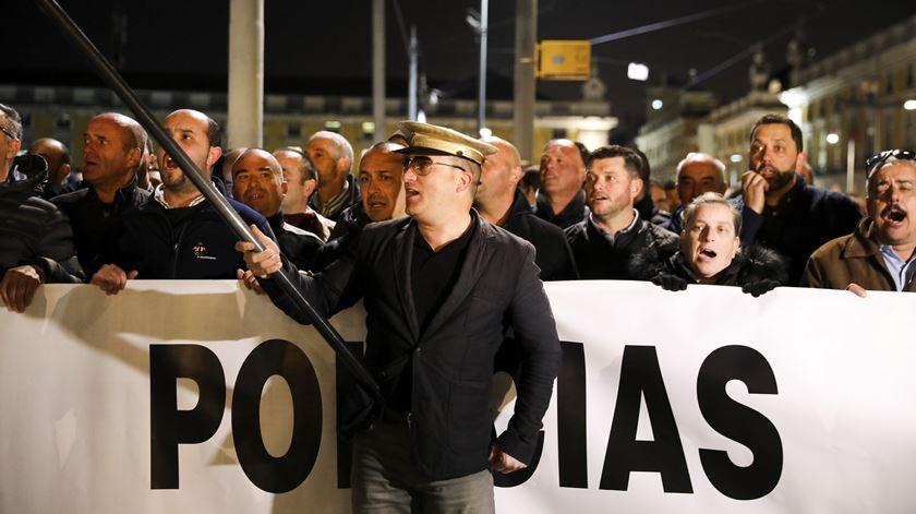 O Hino Nacional foi cantado duas vezes, uma vez à chegada e outra já no fim do protesto.