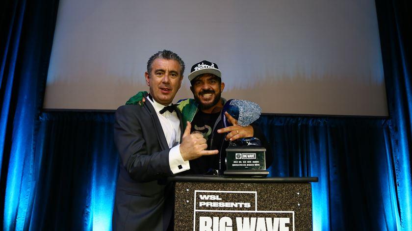 Rodrigo Koxa recebe prêmio por surfar maior onda da história