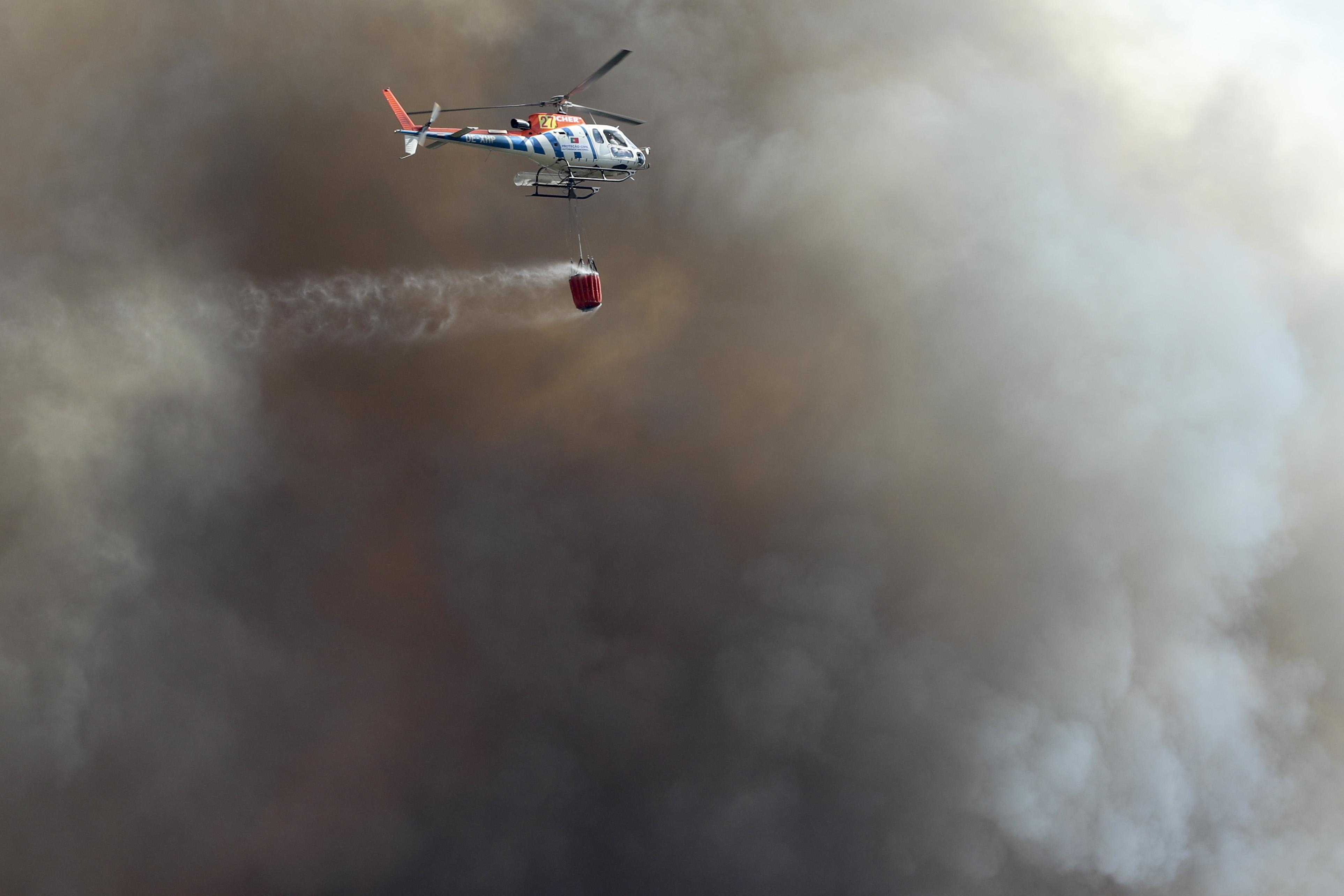 Alijó. Dois helicópteros reforçam combate às chamas
