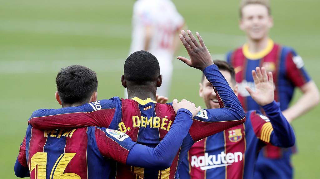 Dembélé e Messi deram a vitória ao Barcelona. Foto: Jose Manuel Vidal/EPA