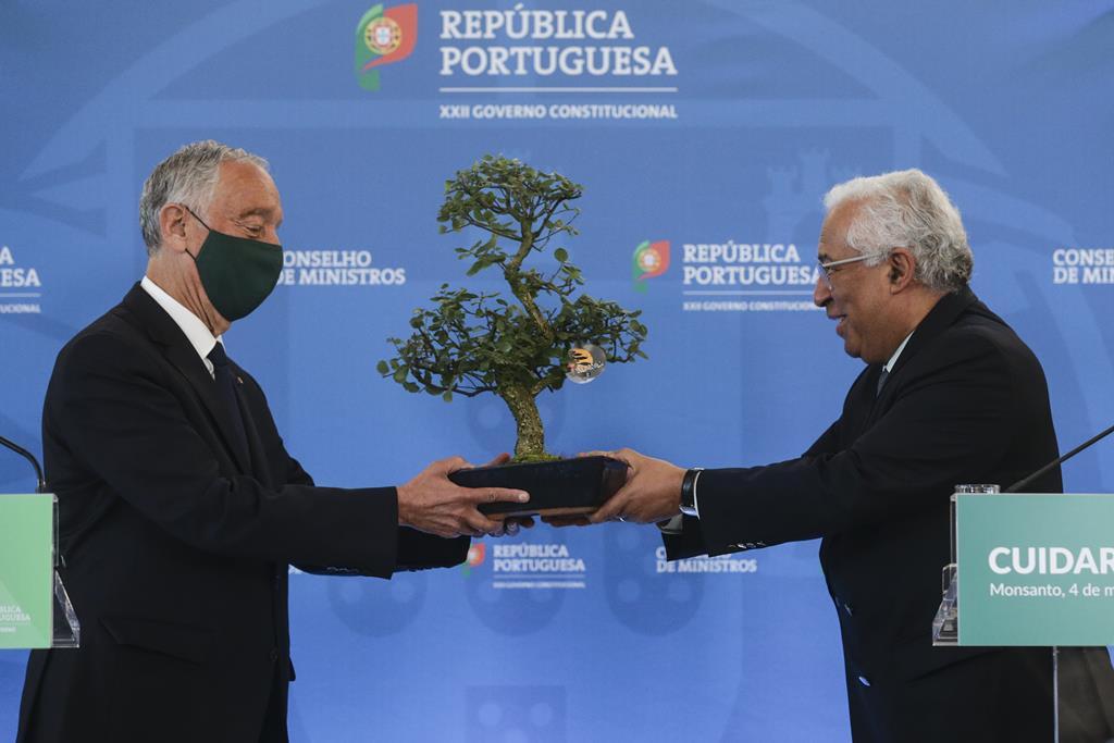 António Costa ofereceu um sobreiro a Marcelo Rebelo de Sousa. Foto: Tiago Petinga/Lusa