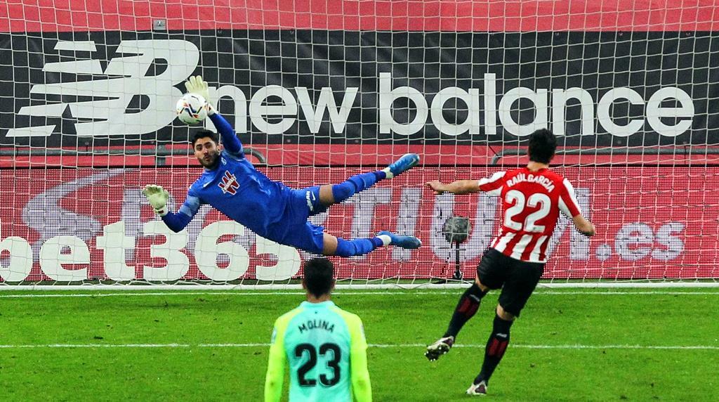 Rui Silva, do Granada, defende penálti de Raul Garcia, do Athletic Bilbao. Foto: Miguel Tona/EPA