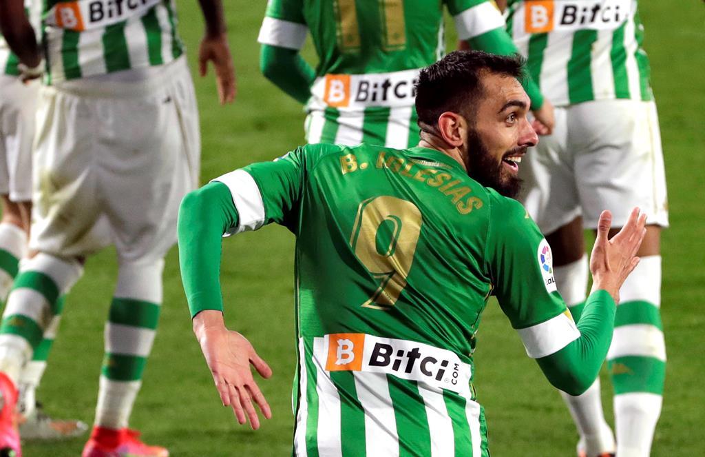 Borja Iglesias marcou dois dos golos do Betis contra o Alaves. Foto: Julio Munoz/EPA