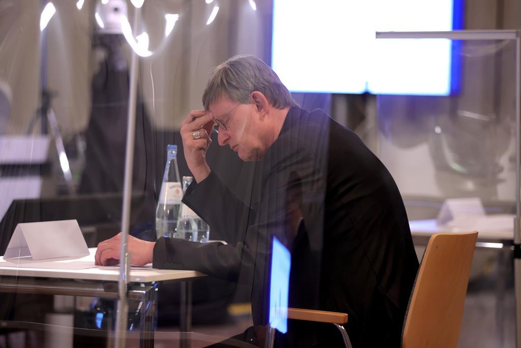O cardeal Woelki lê o relatório independente sobre abusos na arquidiocese de Colónia. Foto: Andreas Rentz/Pool/EPA