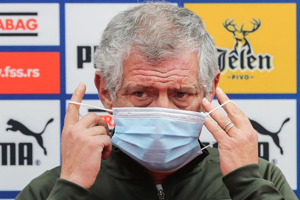 Fernando Santos protegido: vacinado e com máscara. Foto: Miguel A. Lopes/Lusa
