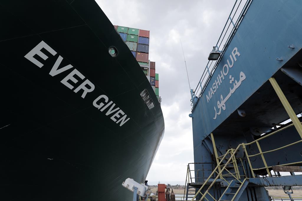 cargueiro Ever Given encalhado no canal do Suez  Foto: Administração do Canal do Suez/EPA